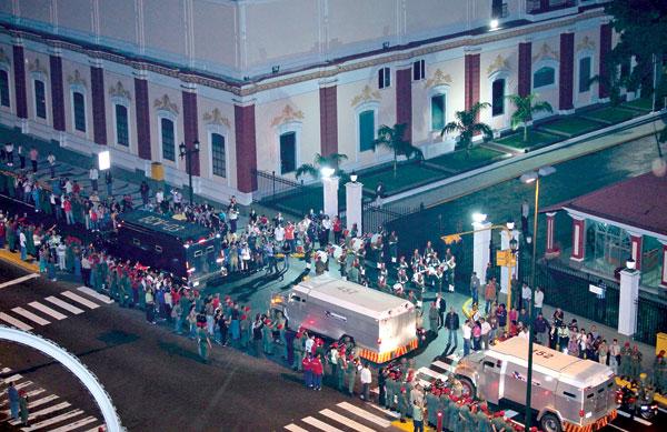 BEBERAPA kereta perisai membawa jongkong emas melintasi Istana Miraflores di Caracas kelmarin. - Reuters